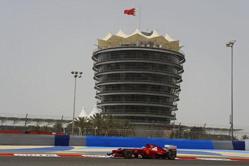 Fernando Alonso rueda con el F2012 en Baréin