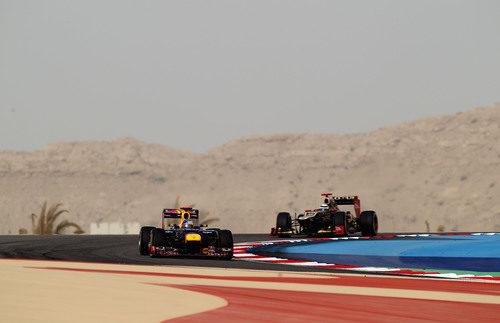 Sebastian Vettel y Kimi Räikkönen luchan en la pista de Baréin