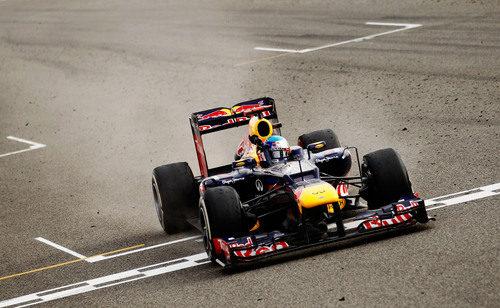 Sebastian Vettel cruza la línea de meta en el GP de Baréin