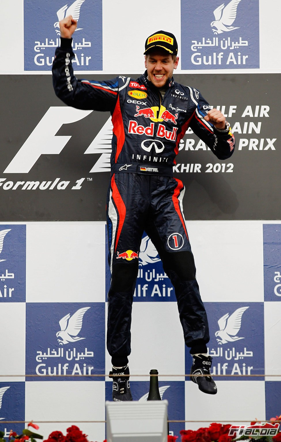 Vettel salta en el podio de Baréin