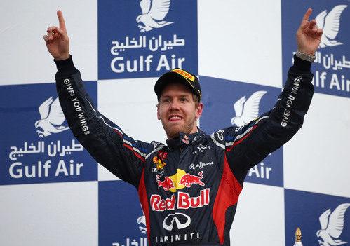 Sebastian Vettel levanta los brazos en el podio de Baréin