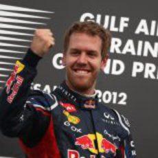 Puño en alto de Sebastian Vettel en Baréin