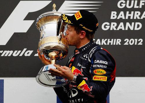 Sebastian Vettel besa su trofeo en el GP de Baréin 2012