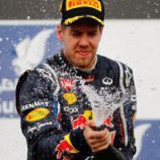 Vettel descorcha el champán en el podio de Baréin