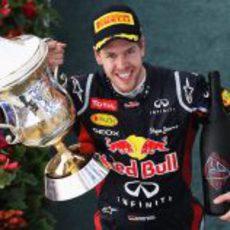 Sebastian Vettel con su trofeo y su botella de ganador