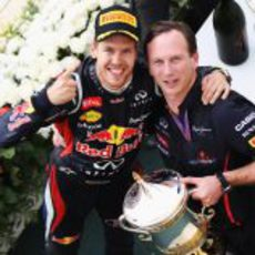 Sebastian Vettel y Christian Horner celebran la victoria en Baréin