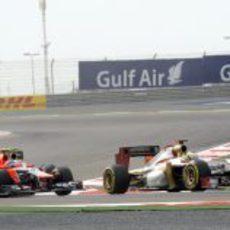 Pedro de la Rosa por delante de un Marussia durante el GP de Baréin 2012