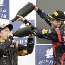 Kimi Räikkönen y Sebastian Vettel divirtiéndose en el podio de Sakhir