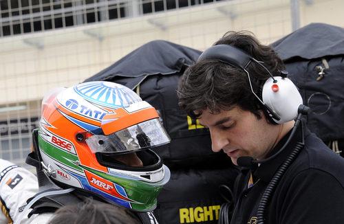 Narain Karthikeyan atiende a sus ingenieros antes de subirse al F112