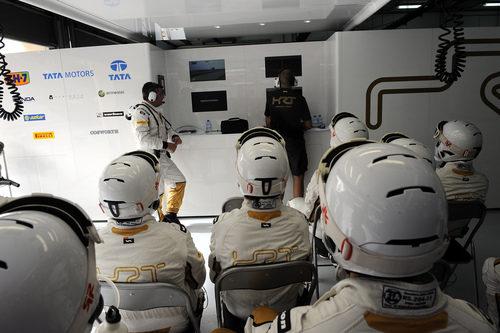 Los mecánicos de HRT siguen la carrera de sus piloto desde el box