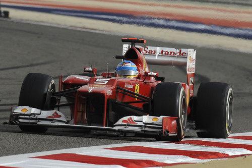 Fernando Alonso pilota el F2012 en Baréin