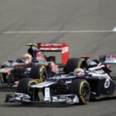 Pastor Maldonado por delante de un Toro Rosso