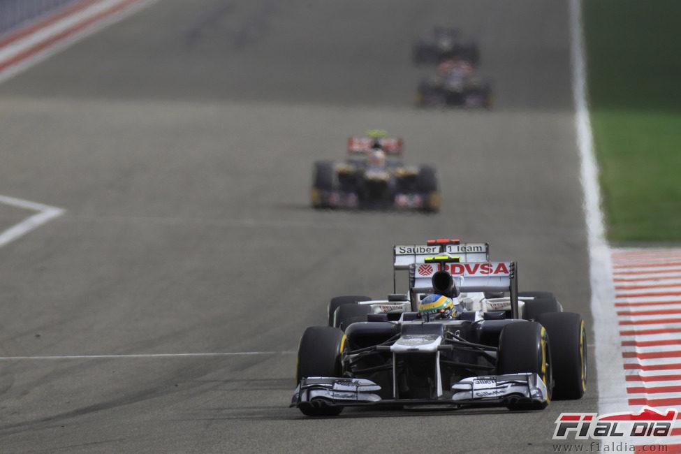 Bruno Senna pasa por la recta principal de Sakhir