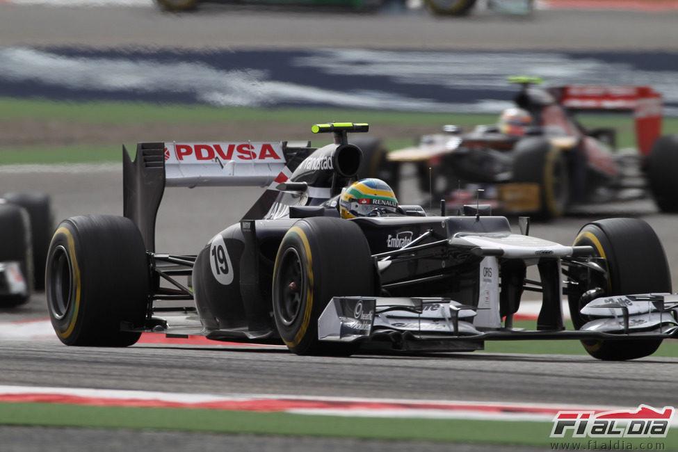 Bruno Senna sale de una curva en Sakhir