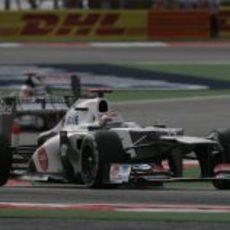 Kamui Kobayashi sale de una curva en Sakhir