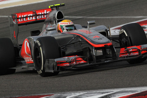 Lewis Hamilton en plena acción sobre Sakhir