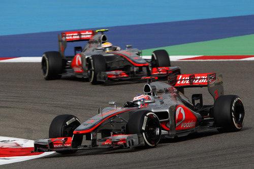 Los dos McLaren luchan en Baréin