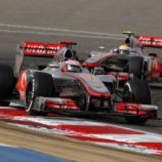 Los dos pilotos de McLaren sobre el asfalto de Sakhir