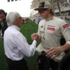 Kimi Räikkönen es saludado por Bernie Ecclestone