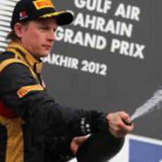 Kimi Räikkönen sin alcohol en el podio en Baréin