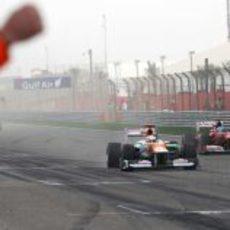 Paul di Resta y Fernando Alonso llegan juntos a la línea de meta