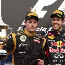 """Sebastian Vettel le pone los """"cuernos"""" a Kimi Räikkönen en el podio de Baréin"""