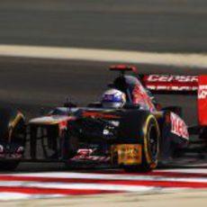 Daniel Ricciardo en plena acción sobre el circuito de Sakhir