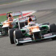 Los dos monoplazas de Force India durante el GP de Baréin