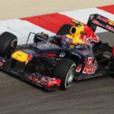 Mark Webber subido al RB8 durante el GP de Baréin