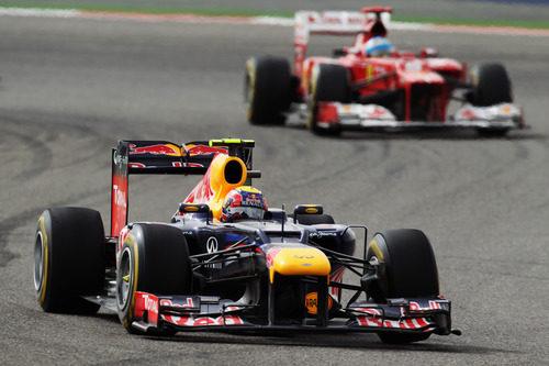 Mark Webber por delante de Fernando Alonso en Baréin