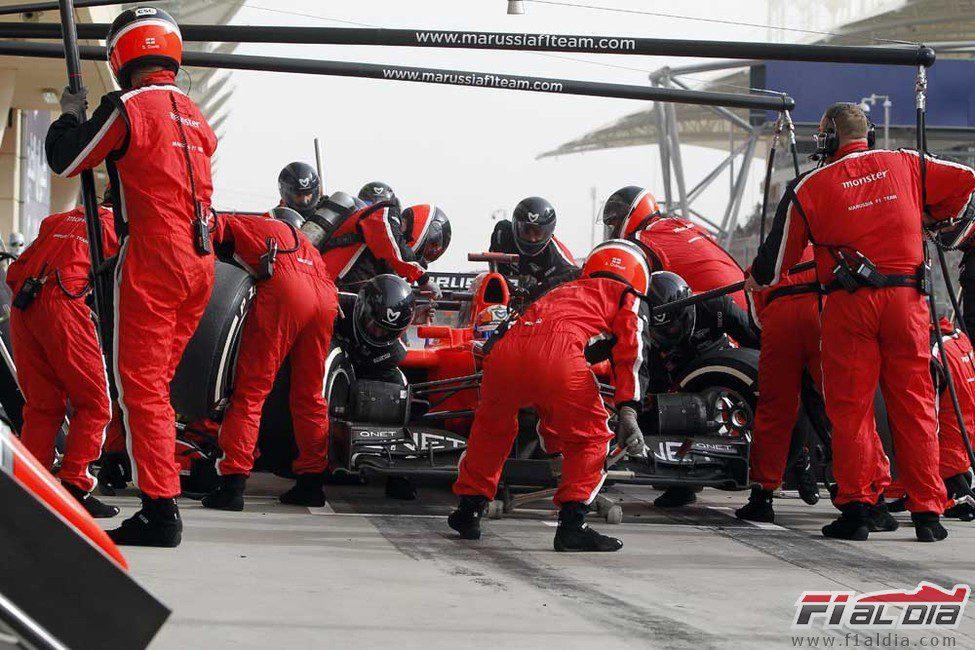 Timo Glock realiza una parada durante el GP de Baréin
