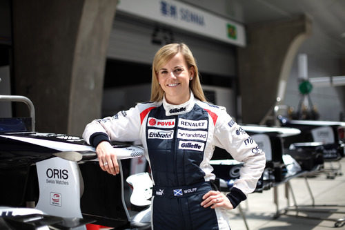 Susie Wolff frente al box de Williams en China