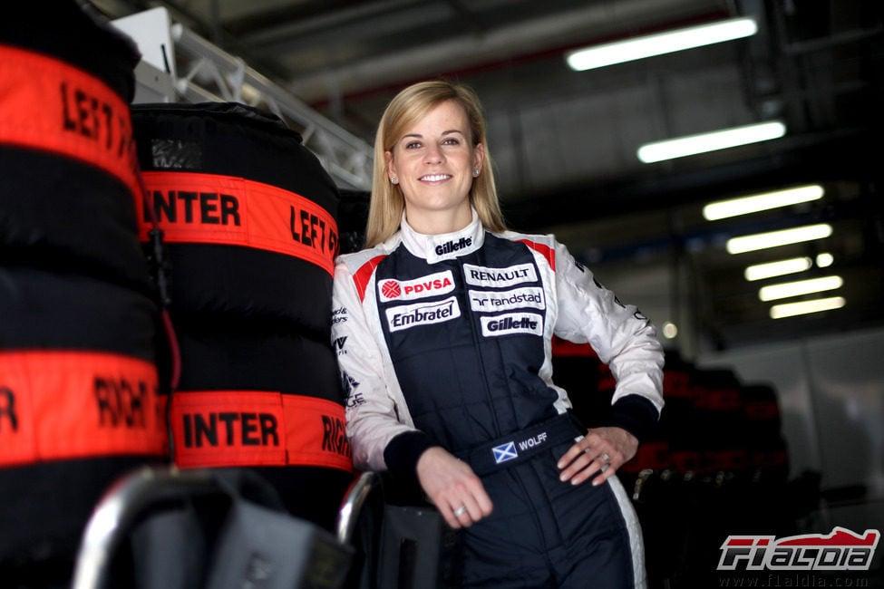 Susie Wolff junto a los neumáticos para el GP de China 2012