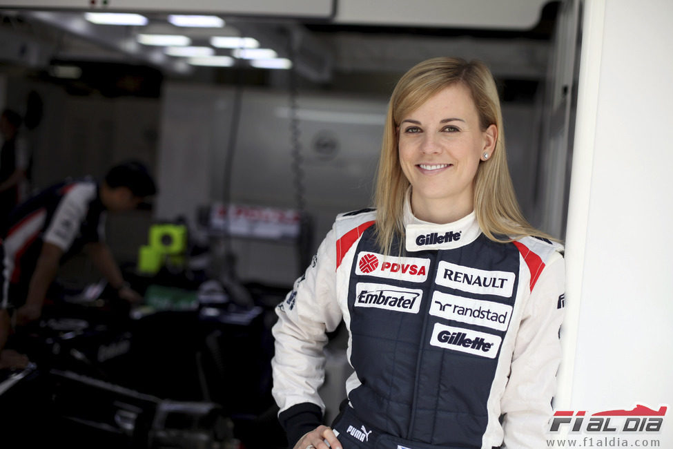 Susie Wolff en el box del equipo Williams