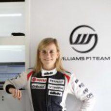Susie Wolff junto al logo de Williams F1