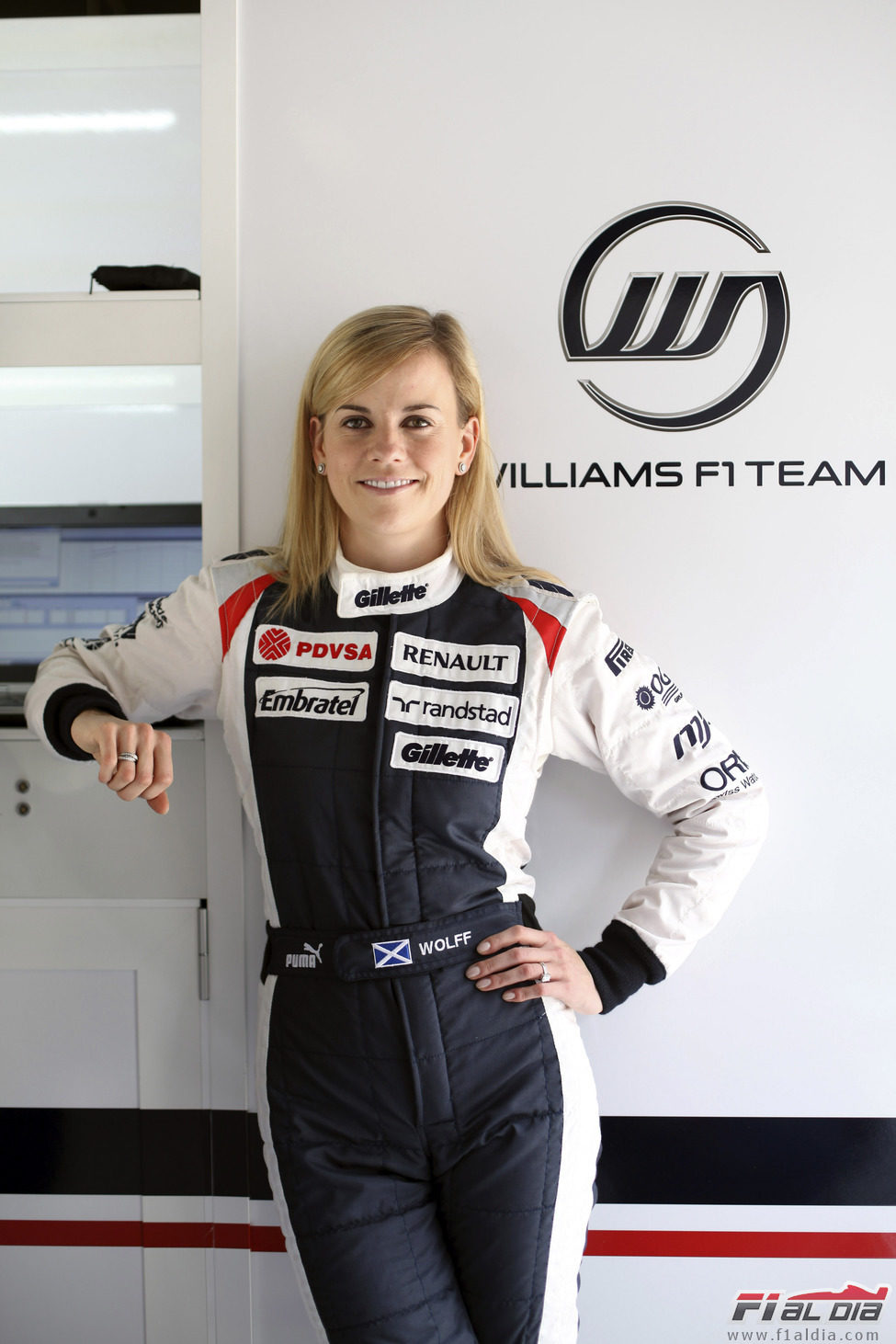 Susie Wolff junto al logo de Williams F1