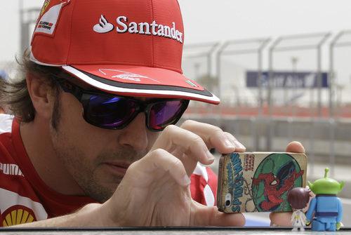 Fernando Alonso fotografía a su Tomita