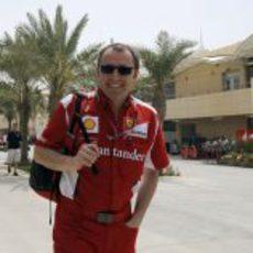Stefano Domenicali sonríe a la entrada al paddock
