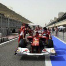 Los mecánicos empujan el F2012