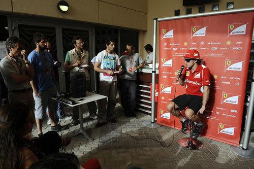 Fernando Alonso atiende a la prensa en Baréin