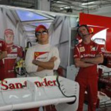 Felipe Massa mira la televisión en el box de Ferrari