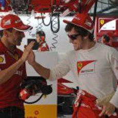 Fernando Alonso saluda a Marc Gené