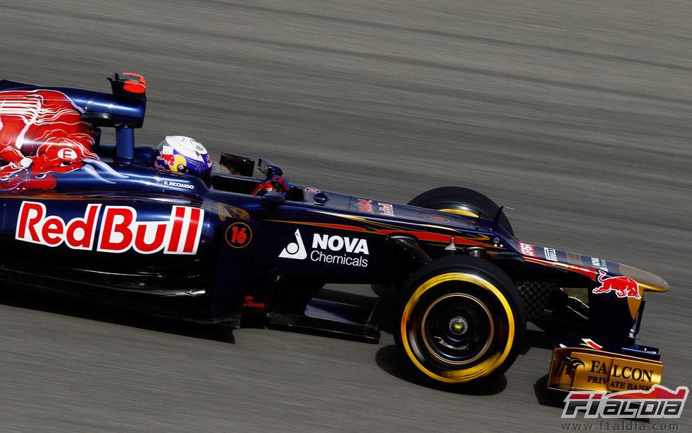 Daniel Ricciardo rueda en la clasificación del Gran Premio de Baréin 2012