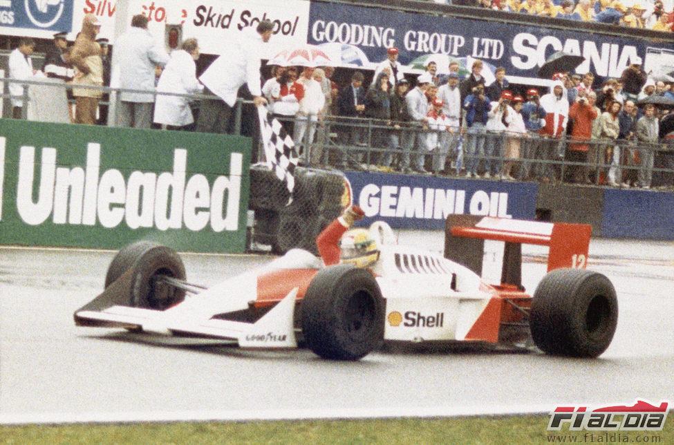 Ayrton Senna cruza la meta en una de sus victorias con McLaren