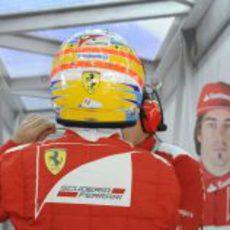 Fernando Alonso se pone su casco en el box de Baréin