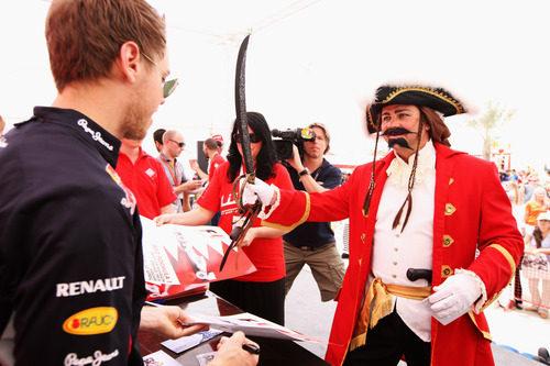 Un pirata le pide un autógrafo a Sebastian Vettel en Baréin 2012