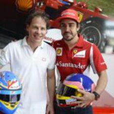 Jacques Villeneuve junto a Fernando Alonso en Maranello