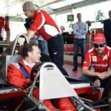 Jacques Villeneuve sentado en el Ferrari 312 T4 junto a Fernando Alonso