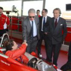 Piero Ferrari saluda a Jacques Villeneuve en Fiorano