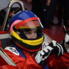 Jacques Villeneuve se pone el casco y los guantes en Fiorano